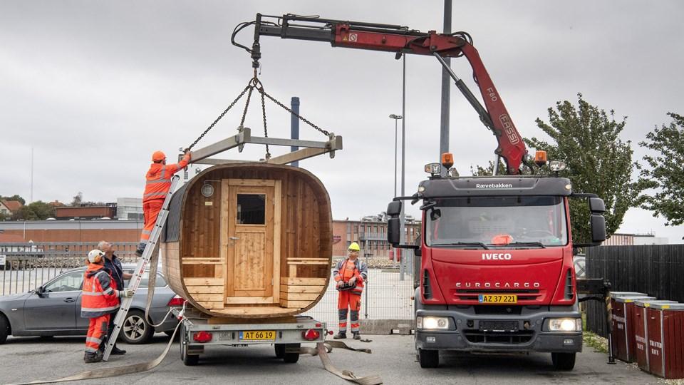 Kommunens folk havde lidt besvær med at få bakset den 1200 kilo tunge vogn af traileren. Men på plads kom den da.