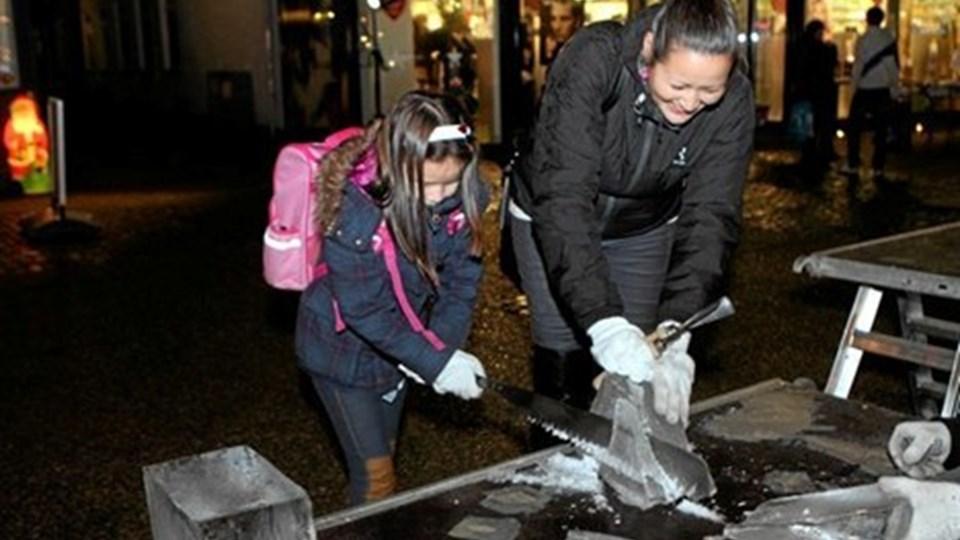 Mange forlystede sig med at save og skære i isblokkene. Foto: Erik Røgild