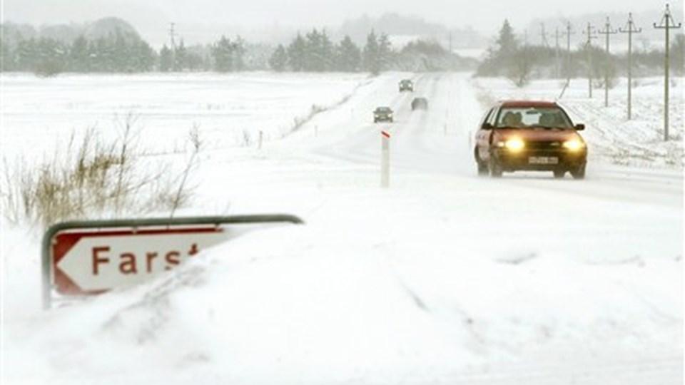 Det er ikke bare sneen, der giver problemer. Det er også den såkaldte sorte is på vejene, der får bilerne til at skøjte rundt.