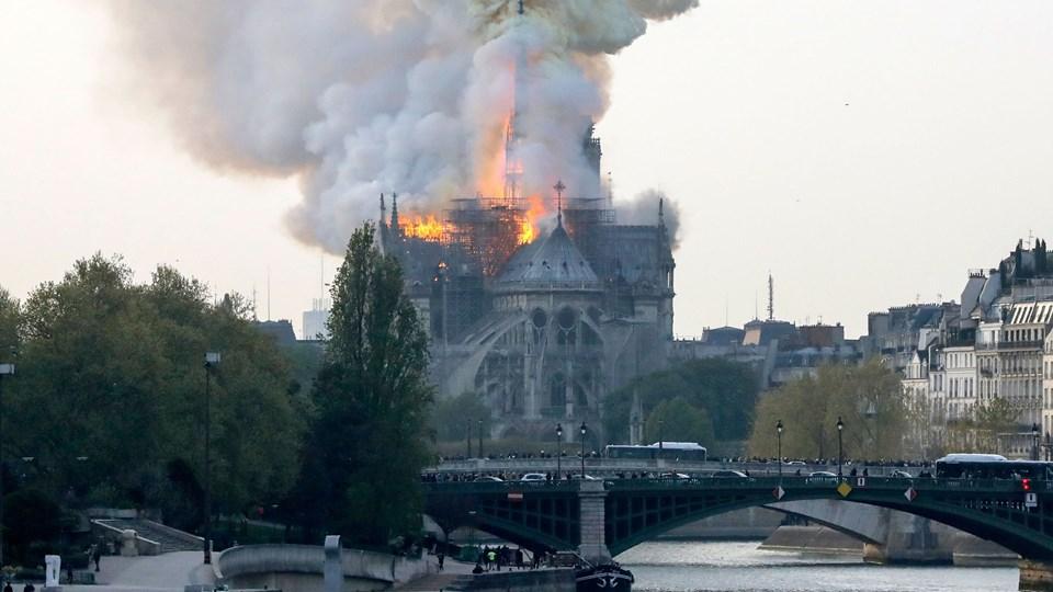 Notre Dame i Paris i flammer mandag aften. Branden brød ud klokken 18.50