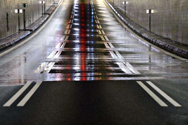 Trafikkaos efter uheld i tunnelen: Kørte for tæt og stødte sammen