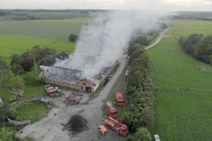 Nedlagt gård i flammer: - Familie stod med vandslange for at redde stuehuset