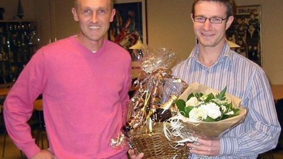 Seniorformand Søren Peter Jensen (tv) overrakte Claus Holm blomster og vin i anledning af, at han efter flere år har valgt at trække sig fra formandsposten. privatfoto