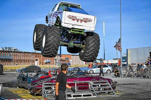 De brøler og fylder i landskabet de fem tons tunge monster trucks med 800 hestekræfter, når de hopper op i luften henover bilvrag. Foto: Ole Iversen