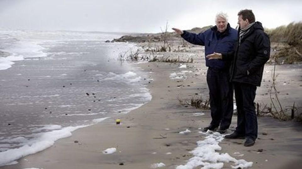 Poul Jakobsen fortalte i går Bjarne Laustsen om sin kystsikringsmetode med trykudligningsrør på Nørlev Strand.Foto: Bente Poder