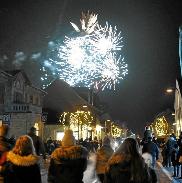En meget effektfuld afslutning på begivenhederne på Slotsgade var det fyrværkeri, som blev affyret fra Menys parkeringsplads. Foto: Ole Torp Ole Torp