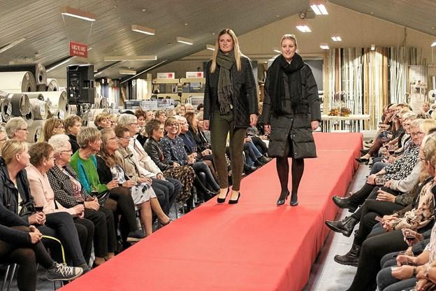Charlotte og Trine præsenterer moderigtigt hverdagstøj. Foto: Niels Helver