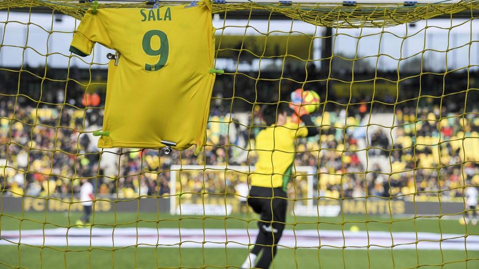 Den afdøde fodboldspiller Emiliano Sala blev søndag hyldet i Nantes' hjemmekamp mod Nimes i Ligue 1.