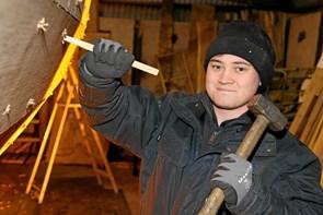 Skibstømrer lærling fra Løkken hjælper med på Gølbåden