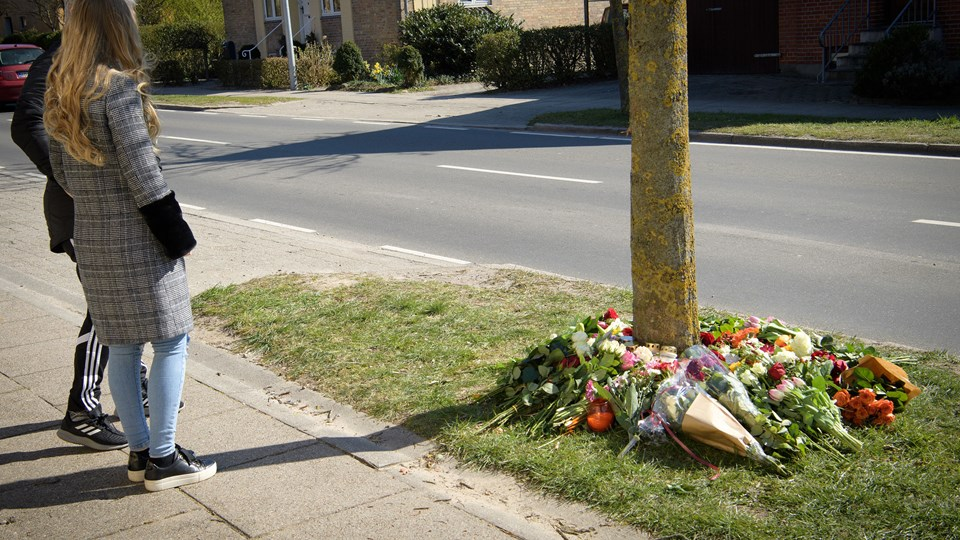 Familie, venner og kammerater mindedes den 16-årige med blomster på ulykkesstedet. Foto: Peter Broen