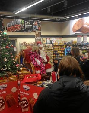 Mange børn mødte julemand i Superland