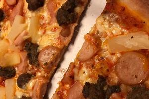 Pizzeria i Aalborg-bydel leverer knasende sprøde bunde - men noget mangler