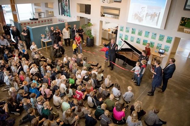 Fremmødet var stort og den store sal i Bindslev Skole emmede af god stemning og tilfredshed efter endt renovering og tilbygning.Foto: Henrik Louis