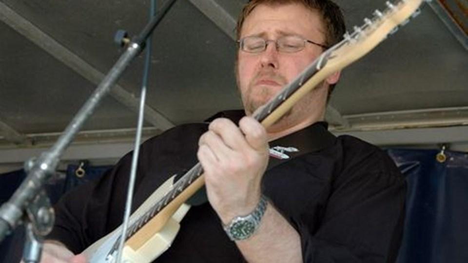 Jan Edvard er selv udøvende bluesmusiker og fungerer som jamleder.