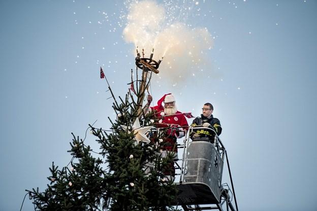 Det er en mange-årig tradition, at julemanden kommer sejlende til byen og siden tænder træet. Arkivfoto
