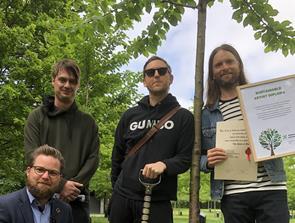 Gave til Aalborg: Maroon 5 har plantet et syngende træ