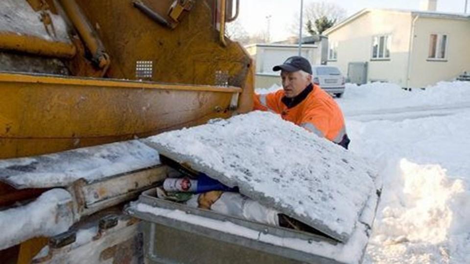 Skraldemændene i Hjørring Kommune kæmper fortsat med vintervejret. Foto: Bente Poder