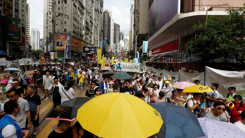 A protester carries a yellow umbrella during a protest march on the day marking the 19th anniversary of Hong Kong's handover in Hong Kong Foto: Reuters/Bobby Yip