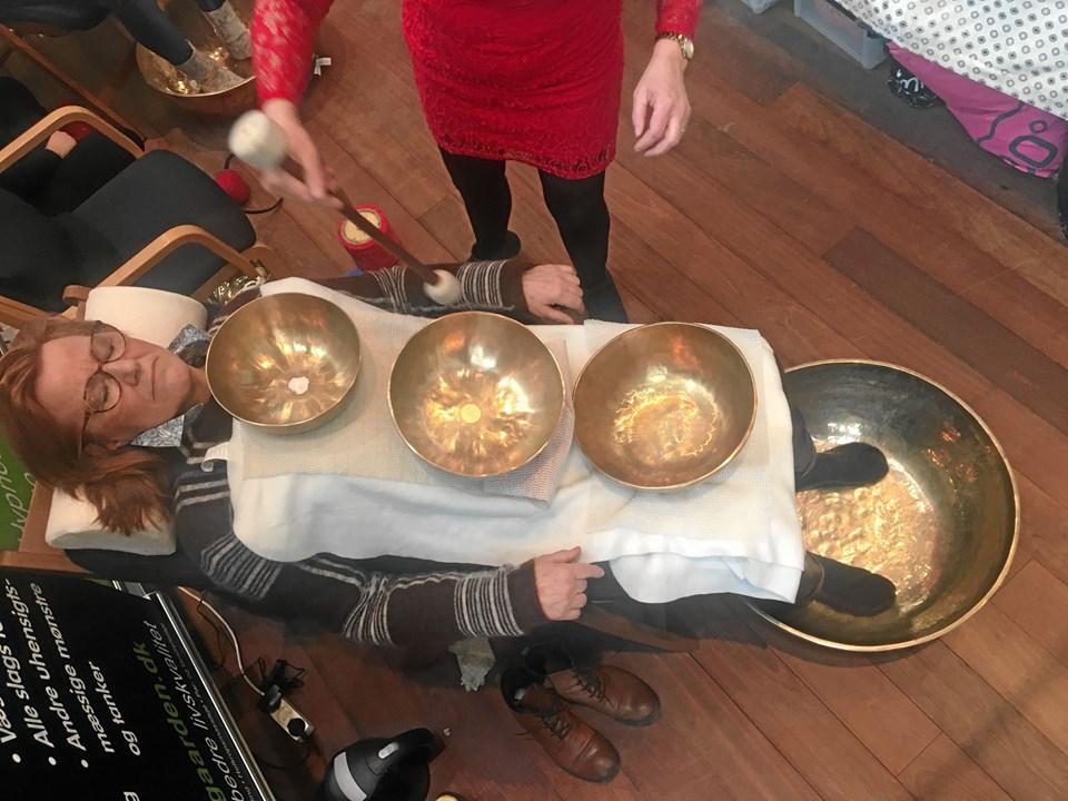 Alternativ behandling var der masser af til Helsemesse i AKKC i weekenden. Foto: Radio NORDJYSKE