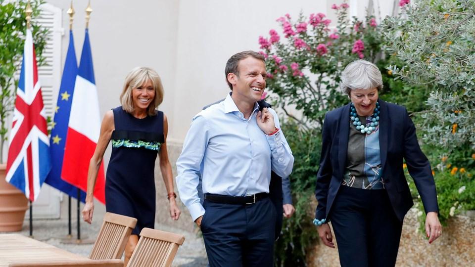 Det franske præsidentpar, Emmanuel og Brigitte Macron, skal bo i Christian VII's palæ på Amalienborg. Inden de rejser hjem, skal præsidenten ridse en hilsen med en diamant i en rude. Det er der tradition for, at gæster på statsbesøg gør. Her er præsidentparret tidligere i august på besøg hos den britiske premierminister, Theresa May. Foto: Sebastien Nogier/Ritzau Scanpix