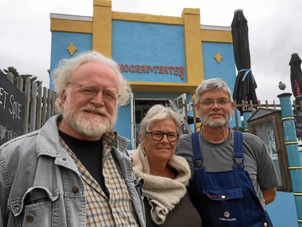 Peter Andersen, Inge Balslev og Jan Rasmussen glæder sig til at præsentere den nye bog og markere 100 års dagens for biografen på lørdag. Der venter læserne en stribe fortællinger og 354 fotos og illustrationer i jubilæumsbogen.