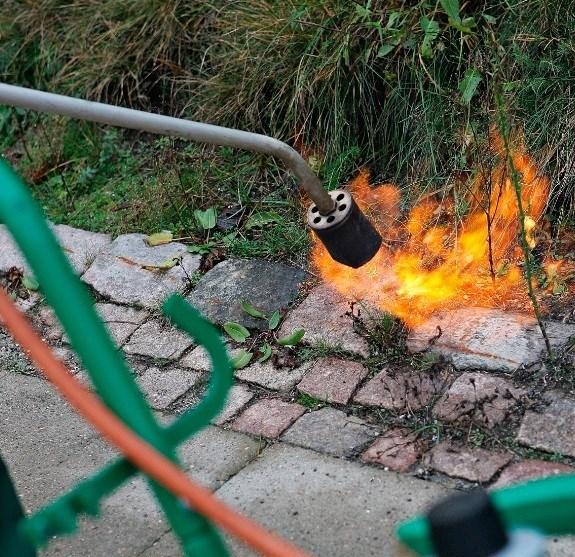 Ukrudtsbrænder satte ild til skur