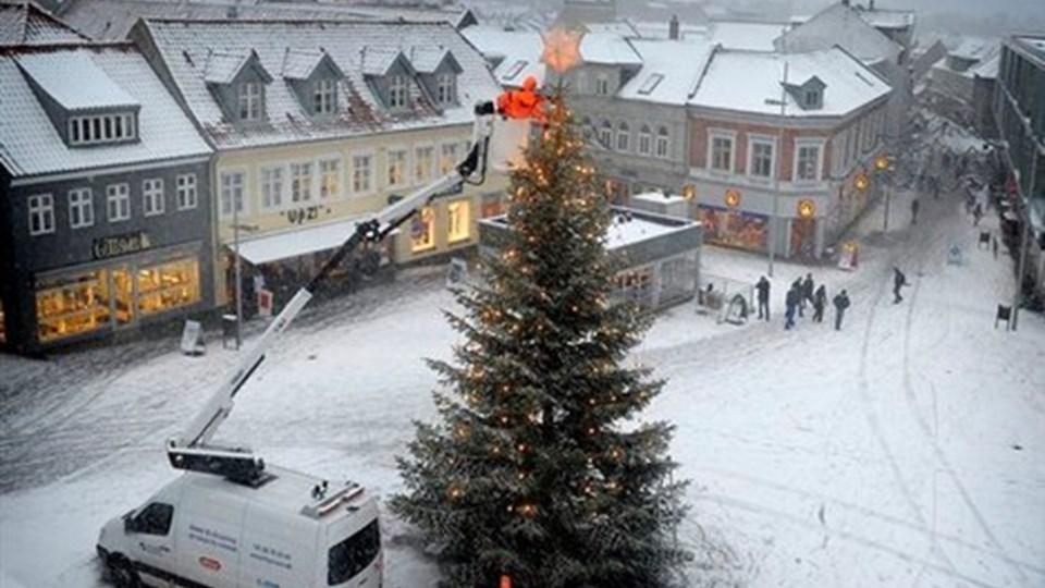 Juletræet kommer ikke til at stå alene på Store Torv i år. I hele december bliver der tivoli og julemarked på torvet. Arkivfoto