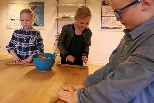Børnene hyggede sig med peberkagebagning. Her er Caroline (t.v.), Anne og Mike i gang. Foto: Allan Mortensen Allan Mortensen