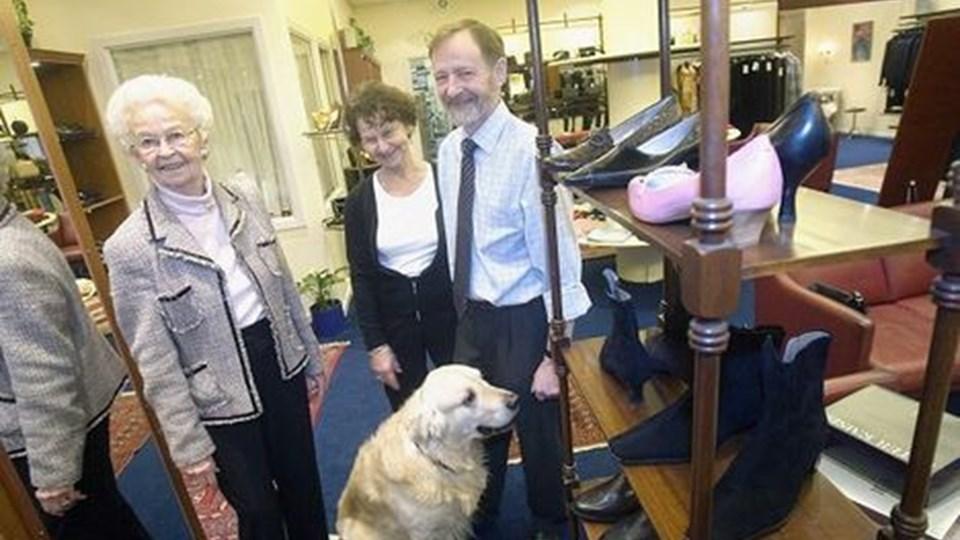 Og et godt billede er det endda - med Fru Kanstrup, næste generation, Winnie og John Lauritzen, og Baloo, som er lige så berømt som butikkens sko. FOTO: Per Kolind