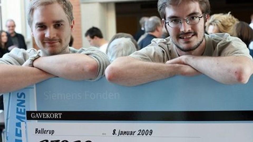 Martin Brinch Sørensen og Søren Reinholdt Søndergaard med checken fra Siemensfonden.
