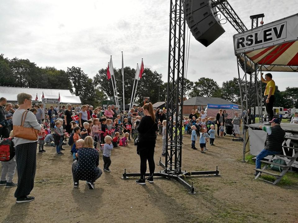 Michael Back fik børnene til at danse, lave fagter og synge på kommando til stor glæde for de fremmødte på markedspladsen.Foto: Kristian Gull Pedersen