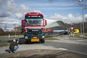 Kæmpe møllevinger skaber farlige situationer: Nu udvides motorvejsrampe i Aalborg