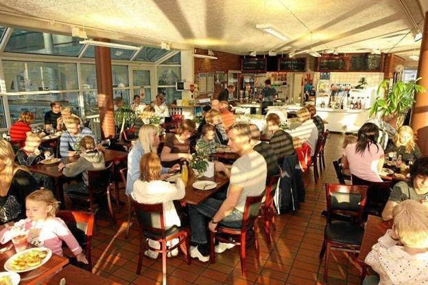 Efter operationen kan Pia Sørensen styre Cafe Hyggestunden helt uden læsebriller - og det er en lettelse. Arkivfoto