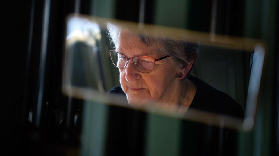I det lille spejl, der er monteret på orglet kan Gunhild holde øje med, hvad der sker i kirken. Udsynet spærres dog af en lysekrone, så hun har fået installeret et kamera og en lille skærm, der står ved siden af orglet, i stedet. Foto: Bo Lehm