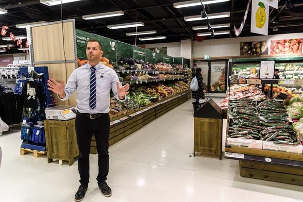 Kunderne skal gennem den ny portal her hvor varehuschef Thomas Andersen står og så står de midt i den nye fødevareafdeling, hvor man overskue både grøntafdeling, slagterafdeling og vinafdelingen.