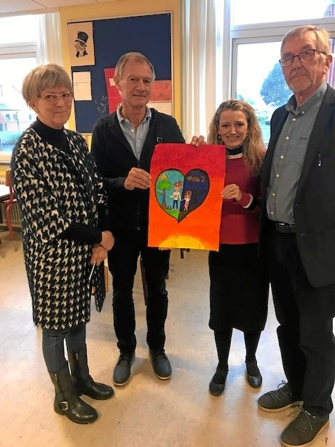 Kirsten Brøndum Jørn Elgaard lærer Jane Rævdal Ditlev og Niels Chr. Andersen med vinderplakaten. Foto Jesper Larsen_