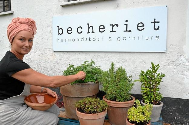 Rita dyrker selv mange af de krydderurter, hun bruger i maden. Foto: Jesper Bøss