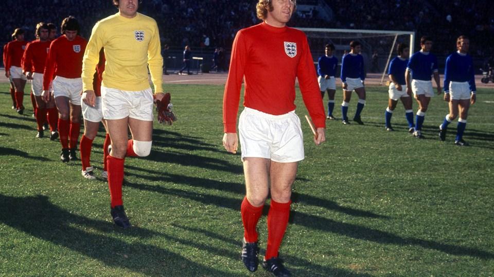 Gordon Banks spillede 73 landskampe for England. Her løber han på banen efter anfører Bobby Moore.