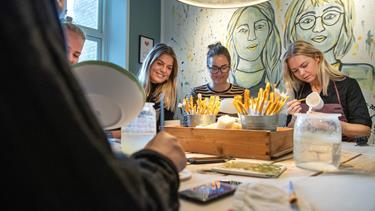 Veninder droppede faste jobs for at satse på malet keramik: I dag har de 25 ansatte og to afdelinger
