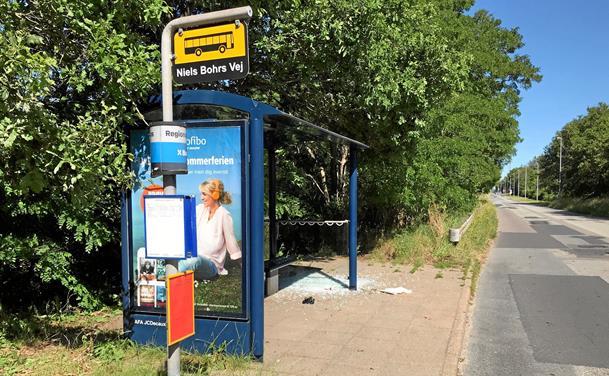 Unge vandaler kører rundt og smadrer busskure af lutter kedsomhed