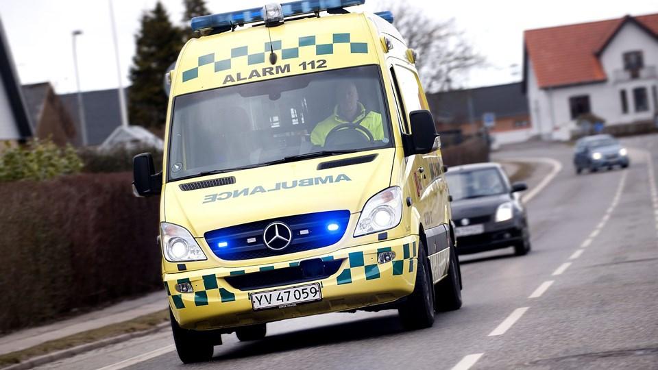 Begge bilister blev med ambulance kørt til skadestuen. Arkivfoto