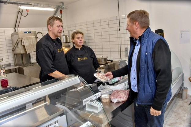 Sammen med sin kone, Tina, åbner Torben Brander den nye gårdbutik, Mad og Slagter. Her kan man købe slagtervarer, fredagsmenuer og meget andet lækkert med hjem. Men altså kun to dage om ugen, nemlig fredag og lørdag. Foto: Kurt Bering