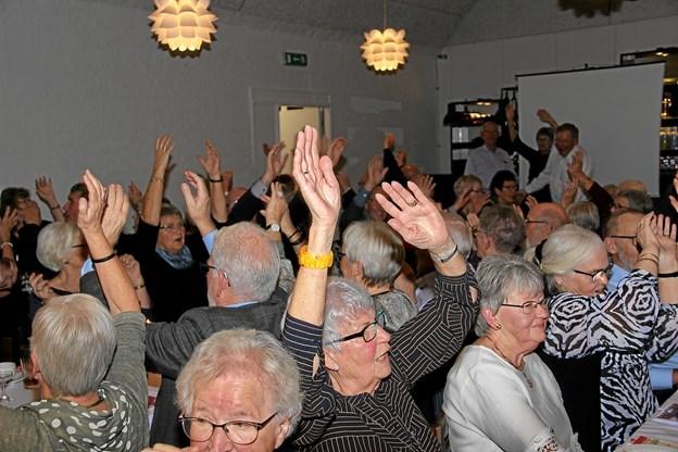 """Deltagerne kunne næsten ikke få armene ned,- heller ikke til Tørfisk-sangen """" Jeg kan ikke få armene ned"""" flot gengivet af """"Det Grå Guld"""" Foto: Hans B. Henriksen Hans B. Henriksen"""