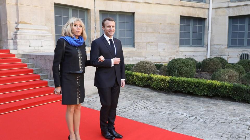 Frankrigs præsident, Emmanuel Macron, ankom sammen med sin kone, Brigitte Macron, tirsdag til L'Académie francaise, hvor præsidenten præsenterede plan for større udbredelse af fransk sprog. Foto: Reuters/Pool