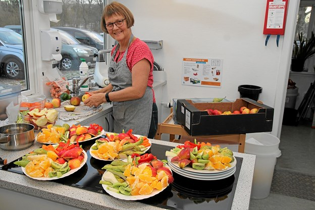 Så er der frisk frugt til alle. Aase Poulsen har travlt i køkkenet. Foto: Flemming Dahl Jensen Flemming Dahl Jensen