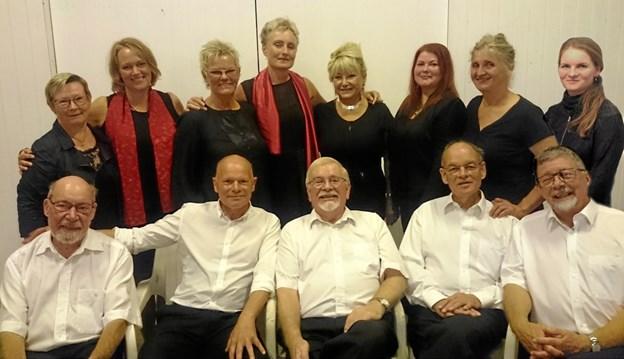 Banketten tæller 13 medlemmer, som synger firstemmigt. Privatfoto