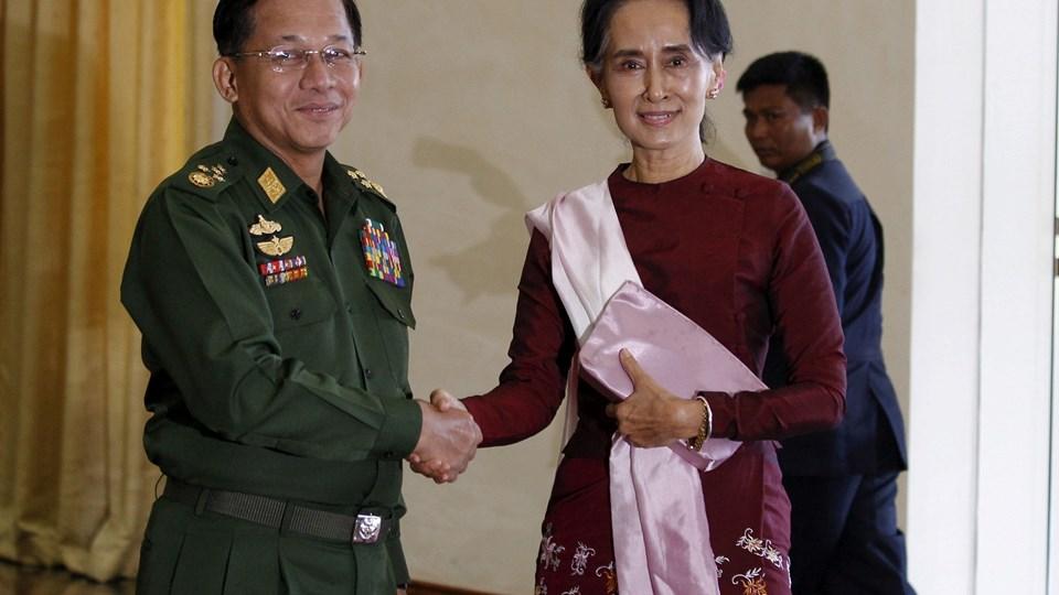Aung San Suu Kyi (th.), her med general Min Aung Hlaing (tv.), kritiseres for at holde hånden over overgreb begået af militæret i Myanmar. Foto: Soe Zeya Tun/Reuters