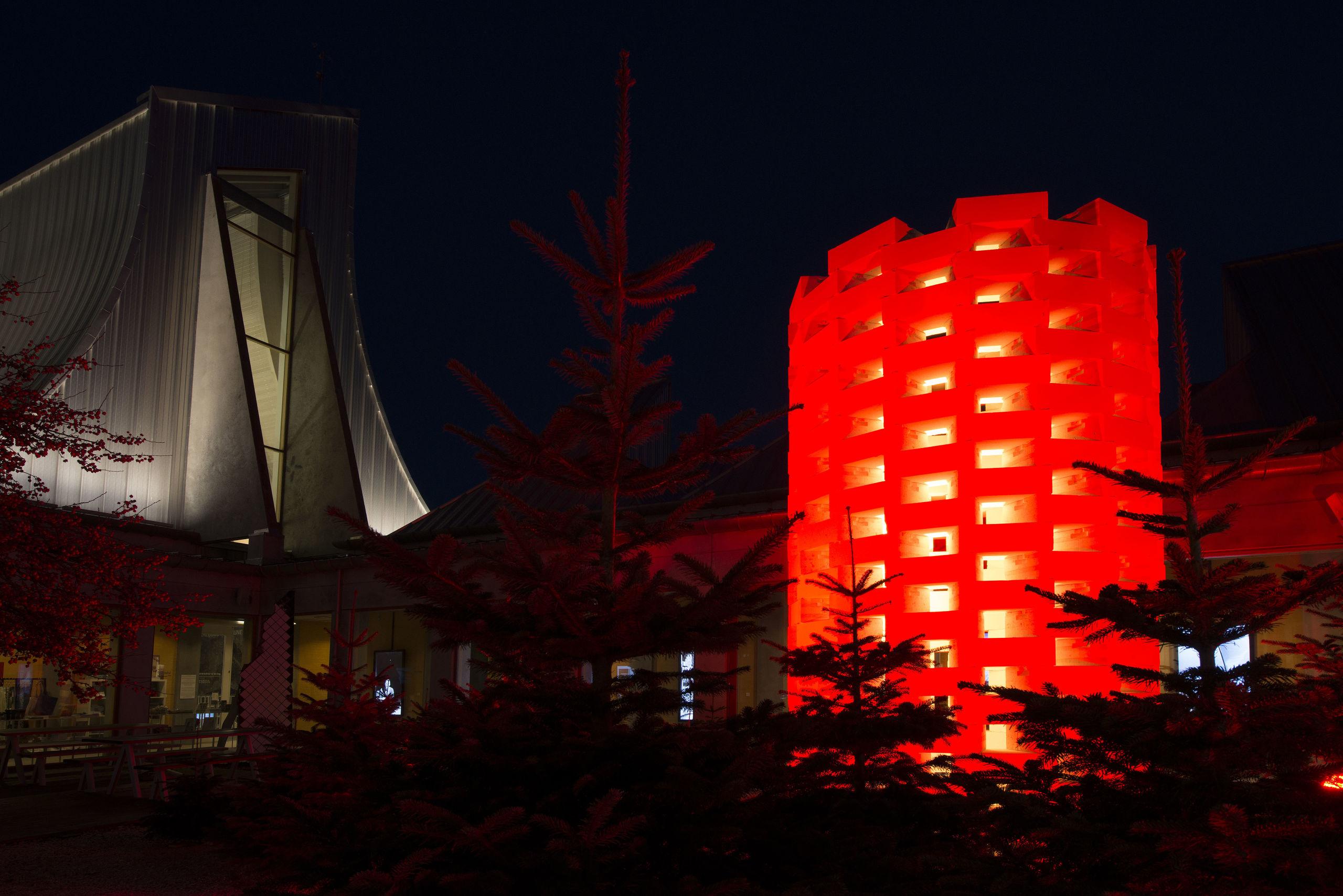 Utzon Center har sat blus på årets julebelysning - en installation på fem meter og tre meter i diameter. Foto: Lars Horn