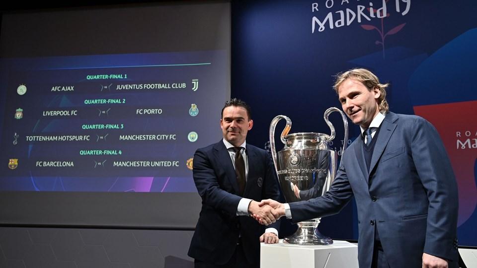 Juventus-vicepræsident Pavel Nedved (til højre) mødtes med Ajax-fodbolddirektør Marc Overmars, da de to hold trak hinanden i Champions League.