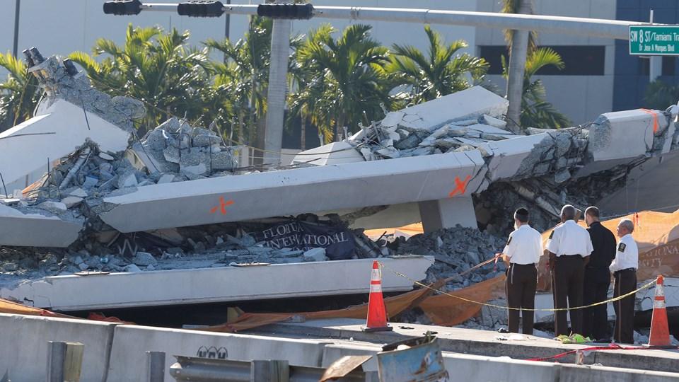 Gangbroen vejer 950 ton. Foto: Reuters/Joe Skipper